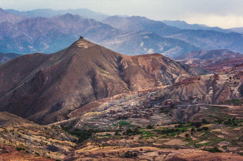 Атласские горы в Марокко. Поступило предложение поехать разнообразить наш маршрут, и по пути назад мы решили поехать через эти горы другой дорогой. Оказалось, что это горная дорога только для тех, кто путешествует на ослах. Нам очень повезло, что на протяжении всего пути она оказалась расчищена от завалов. Зато нам открылись такие потрясающие виды, которые мало кто из туристов видит.